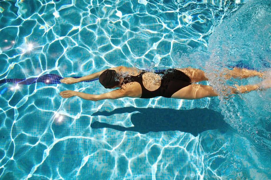 Đi bơi buổi trưa có tốt không?