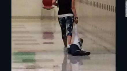 Cô giáo kéo lê học sinh dọc hành lang gây phẫn nộ tột độ
