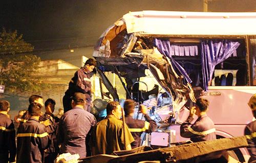 Ôtô khách 50 chỗ đâm lật container, tài xế chết kẹt trong cabin