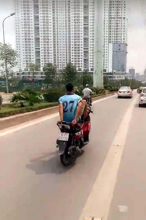 Clip: Truy tìm người lái xe máy bằng chân trên đường buýt nhanh BRT