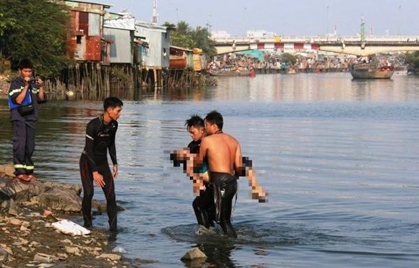 Đi qua ao cá, kinh hoàng phát hiện 2 bé trai tử vong
