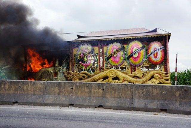 Xe tang bỗng nhiên bốc cháy dữ dội, cả gia đình hoảng loạn