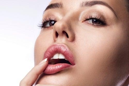 Bí quyết trang điểm cho người môi dày trở nên mỏng hơn