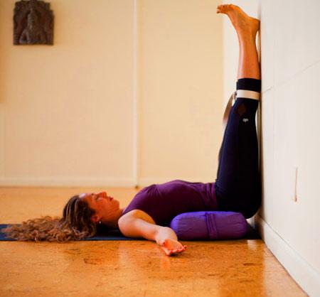 nhung-bai-tap-yoga-don-gian-tai-nha-cho-nguoi-moi-tap-2-phunutoday.vn
