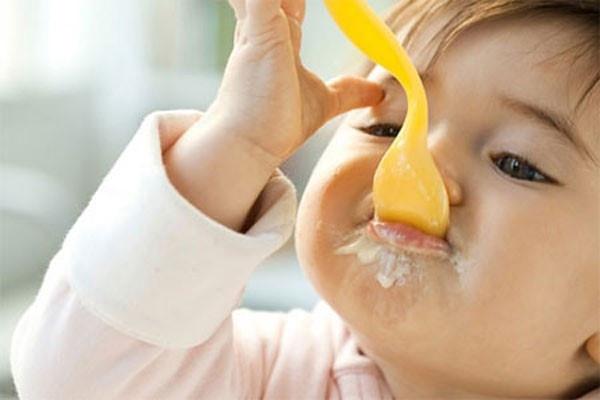 Mách mẹ cách cho bé ăn sữa giúp con thông minh hơn