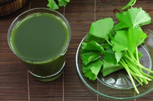 Uống nước ép rau má là một trong những phương pháp hỗ trợ việc chữa lành vết thương và tránh sẹo lồi