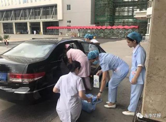 Bác sĩ và y tá nhanh chóng giúp đỡ mẹ con sản phụ ngay tại khoang ô tô