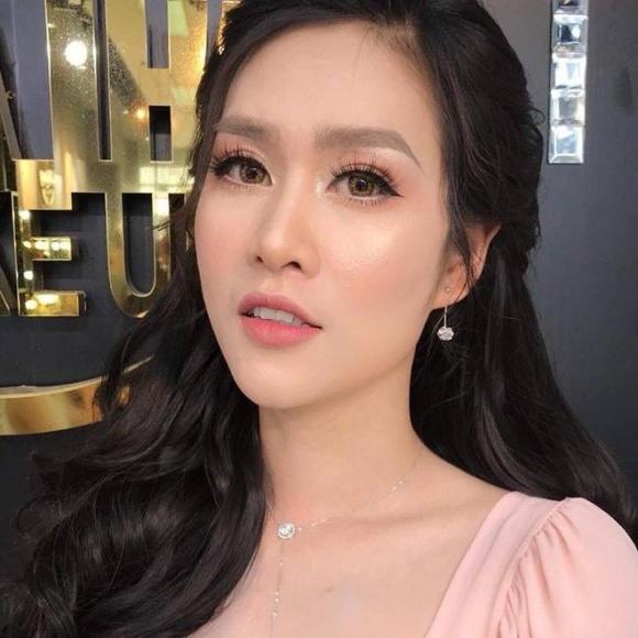 Hà Hương chọn tông màu trang điểm nhẹ nhàng, tóc uốn buông nữ tính khiến khán giả trầm trồ khen xinh như thiếu nữ