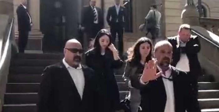 Đổng Tuyền và cha mẹ Cao Vân Tường đến Australia dự phiên tòa.