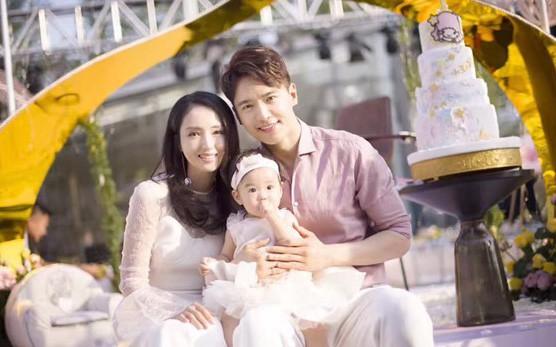 Cao Vân Tường bên vợ Đổng Tuyền và con gái.
