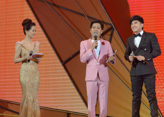 Trường Giang đảm nhận vai trò dẫn dắt buổi lễ trao giải cùng Quỳnh Chi.