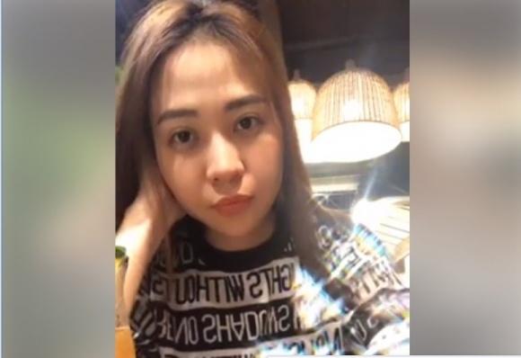 Đàm Thu Trang ngồi livestream một mình không có bạn trai bên cạnh.