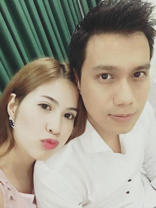 Việt Anh và bà xã xinh đẹp.