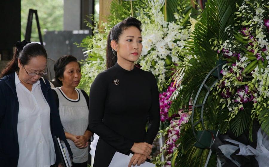 Ca sĩ Thanh Thúy - Phó giám đốc Sở văn hóa Thể thao và du lịch TP.HCM đến chia buồn cùng gia đình cố nghệ sĩ. Chị cũng đại diện cơ quan văn hóa đọc cáo phó đưa tiễn người nghệ sĩ tài năng về nơi an nghỉ cuối cùng.