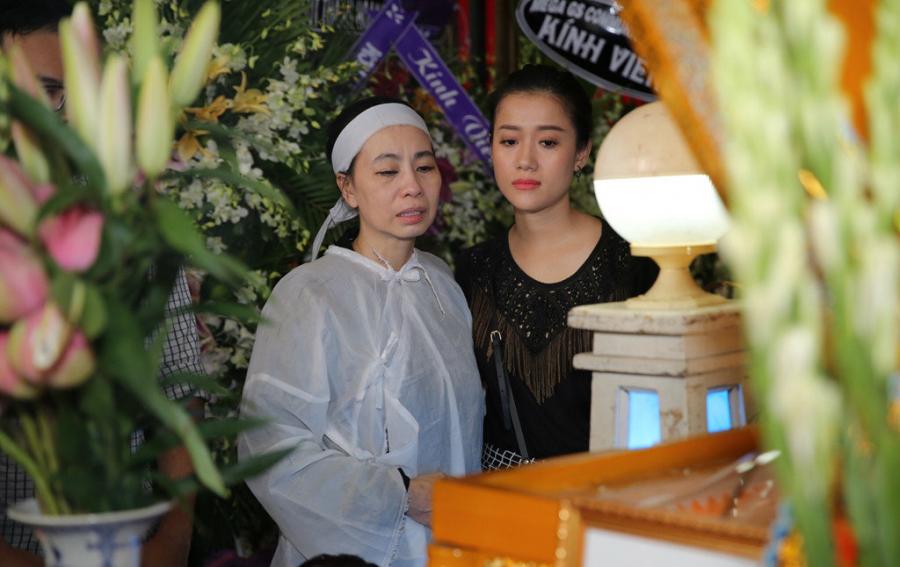 Vợ cố nghệ sĩ - chị Phương Đào suy sụp trước giờ di quan linh cữu. Hơn 20 năm gắn bó, chị tâm sự Thanh Hoàng hết lòng thương con, chiều vợ.