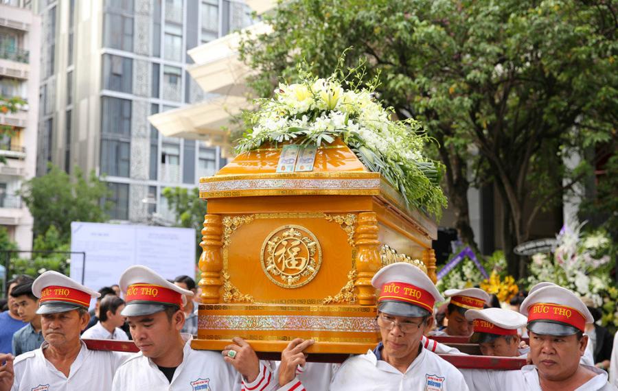 Trước giờ di quan, bà Hồng Dung, Phó giám đốc Hội sân khấu TP.HCM gởi lời chia buồn với gia đình. Bà khẳng định cố nghệ sĩ đã có những đóng góp đáng tự hào cho sân khấu miền Nam.