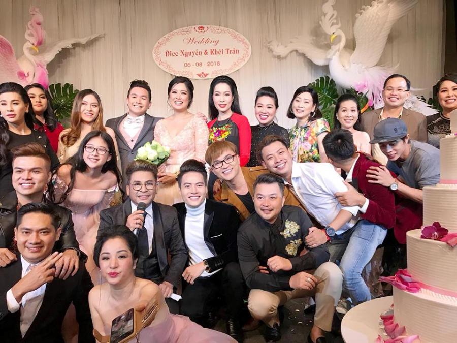 Đông đảo nghệ sĩ đến dự tiệc cưới con gái NSND Hồng Vân.