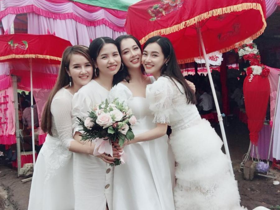 Kiểu đầm bèo nhún che vòng 2 của Nhã Phương trong tiệc cưới em gái.