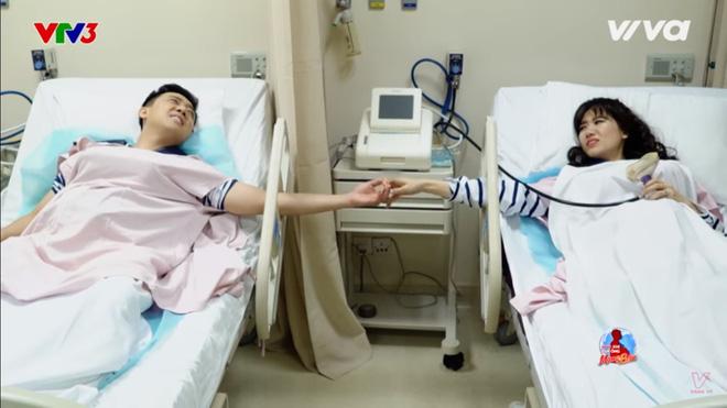 Trấn Thành và Hari Won nắm tay nhau.