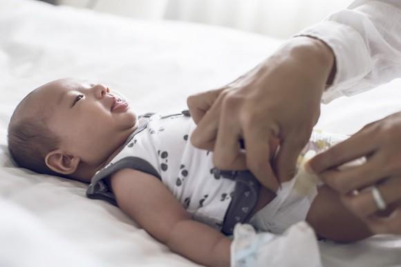 Ba mẹ đi làm nên bé Bảo Bảo sẽ gửi cho ông bà nội và bà ngoại chăm sóc. Tuy nhiên, cả hai vẫn rất lo lắng vì sợ con trai sẽ quấy khóc ở nhà.