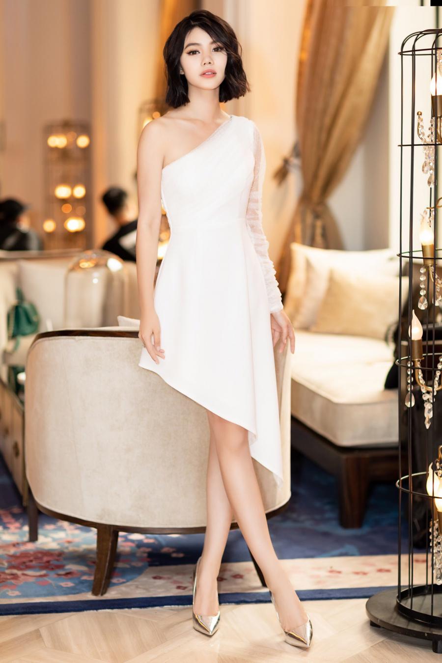 Là một trong những Hoa hậu không tiếc tiền đầu tư cho mỗi lần xuất hiện, Jolie Nguyễn luôn thu hút đông đảo sự chú ý từ những ai có mặt. Đặc biệt lần này, mái tóc ngắn cá tính cũng là chi tiết đặc biệt giúp cô càng trở nên cá tính hơn, thay cho vẻ mong manh, dịu dàng thường thấy. (kenh14)