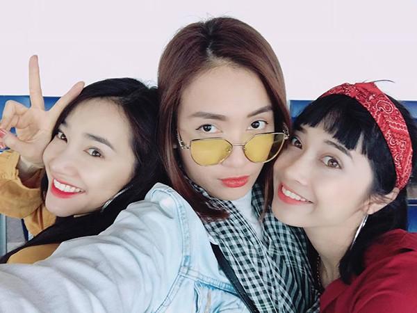 Ái Phương (ở giữa) chụp hình tự sướng cùng chị em Nhã Phương.