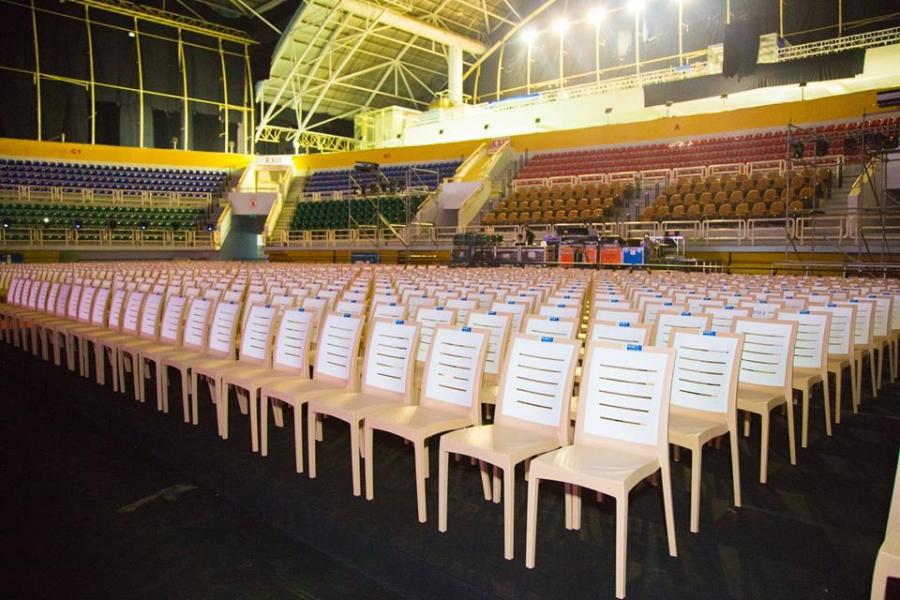 Hơn 3.000 ghế ngồi đã được xếp thành hàng thẳng tắp, chờ đón một đêm Chung kết hoành tráng, quy mô và rực rỡ .