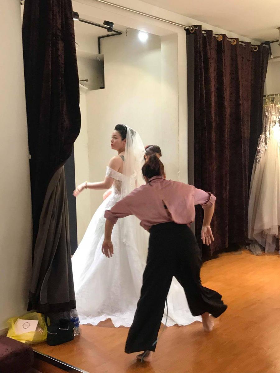 Hình ảnh được cho là Nhật Kim Anh đi thử váy cưới.