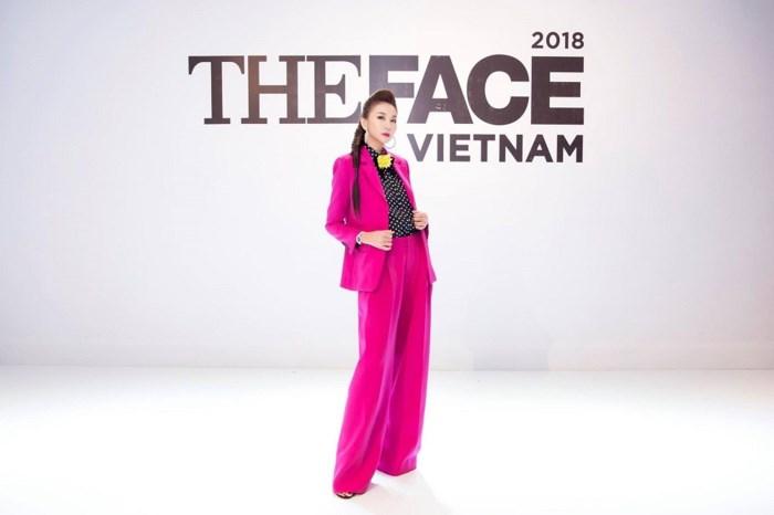 Siêu mẫu Thanh Hằng đẹp sang chảnh với nguyên cây hồng hàng hiệu