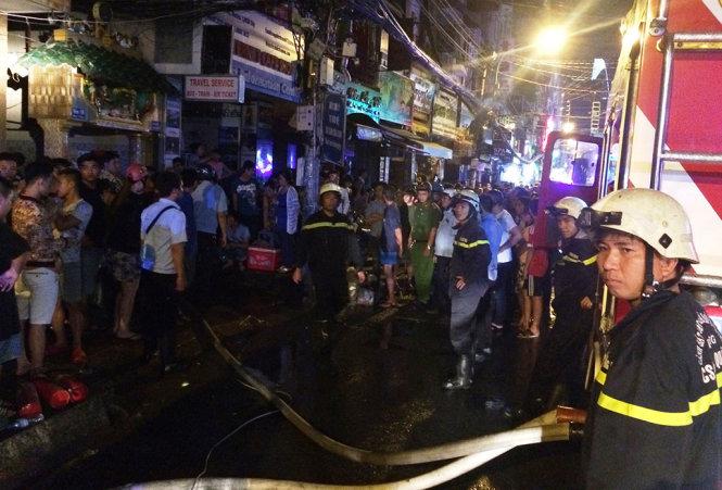 Thanh niên nghi ngáo đá đốt nhà, lửa bốc cao hàng chục mét: Người dân cấp tốc di dời