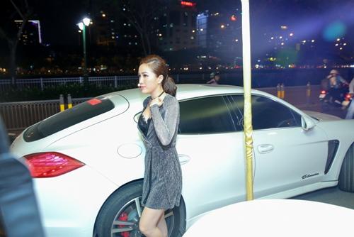 Bảo Thy diện váy sexy lái xe 8 tỉ đến sự kiện 2