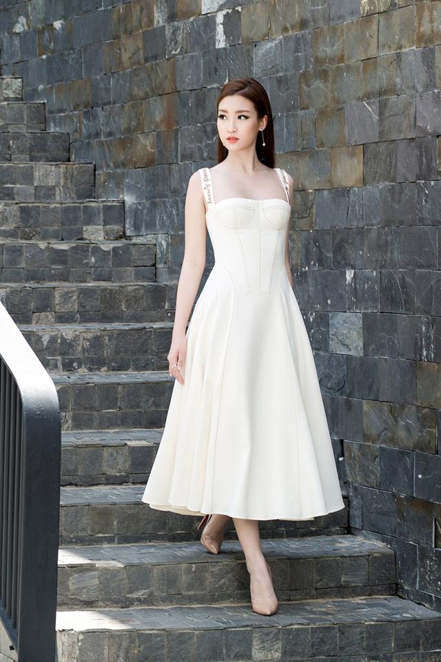 Ngắm vẻ đẹp không tì vết của Hoa hậu Mỹ Linh đi chấm thi The Face