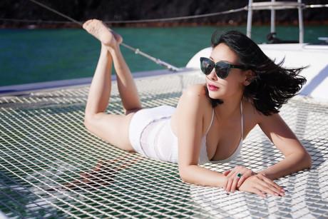 Dù đã trải qua 3 lần sinh nở nhưng Hà Kiều Anh vẫn giữ được vóc dáng thon gọn, cô tự tin diện những bộ bikini 2 mảnh đầy cuốn hút.