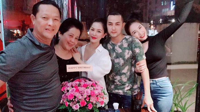 Trang Pilla đã chia sẻ bức ảnh sinh nhật mẹ chồng trên trang cá nhân kèm trạng thái: