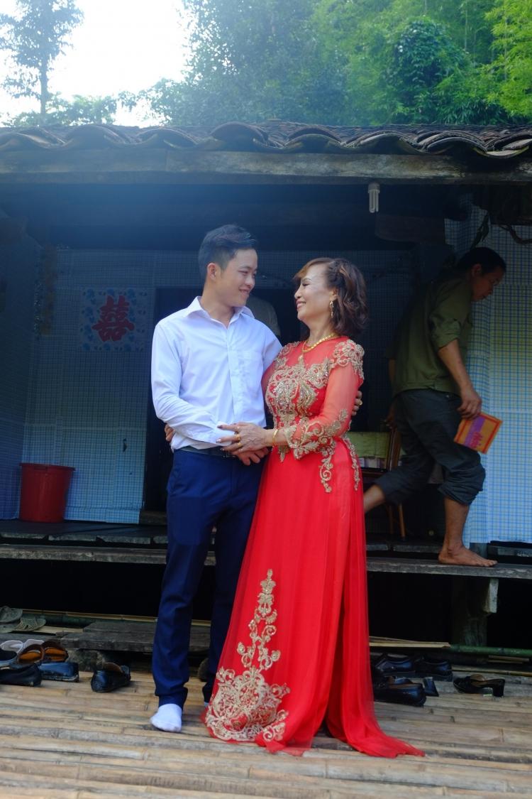 Cô dâu Thu Sao hạnh phúc bên chồng trẻ.