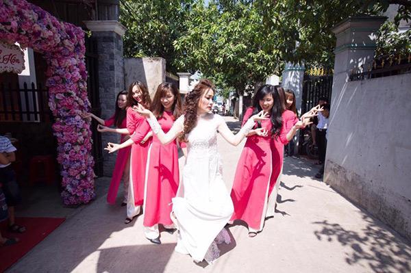 co-dau-cung-doi-be-trap-lay-loi-gay-sot-mang-xa-hoi-2-phunutoday.vn