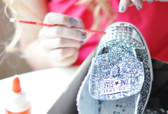 Biến giày sneaker cũ kỹ thành đôi giày lấp lánh, mới tinh 10