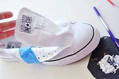 Biến giày sneaker cũ kỹ thành đôi giày lấp lánh, mới tinh 2