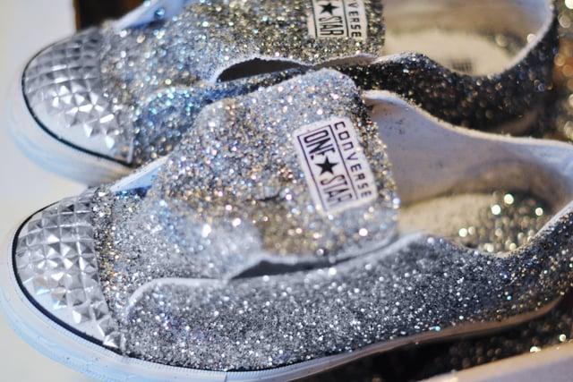 Biến giày sneaker cũ kỹ thành đôi giày lấp lánh, mới tinh 12