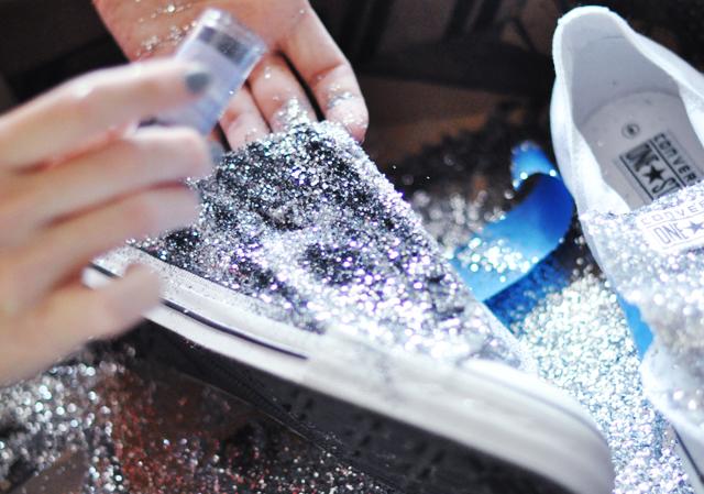 Biến giày sneaker cũ kỹ thành đôi giày lấp lánh, mới tinh 6