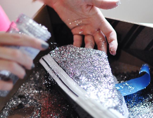 Biến giày sneaker cũ kỹ thành đôi giày lấp lánh, mới tinh 5