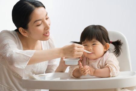 Những sai lầm của các bà mẹ khi cho trẻ ăn