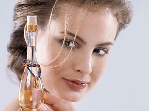 Xịt nước hoa lên quần áo hay vùng cổ áo cũng là cách để lưu giữ hương nước hoa của bạn lâu nhất.