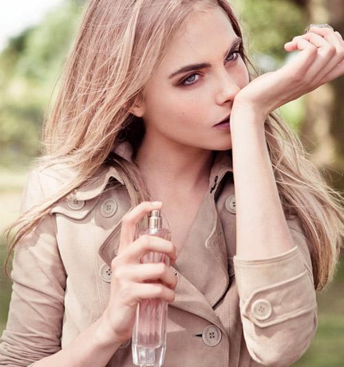 Trước khi sử dụng nước hoa, hãy bôi một lớp kem dưỡng ẩm lên cơ thể.