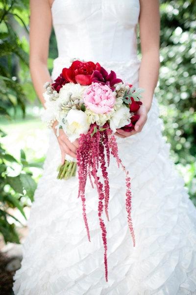 Kết quả hình ảnh cho cầm hoa cưới tôn dáng cô dâu