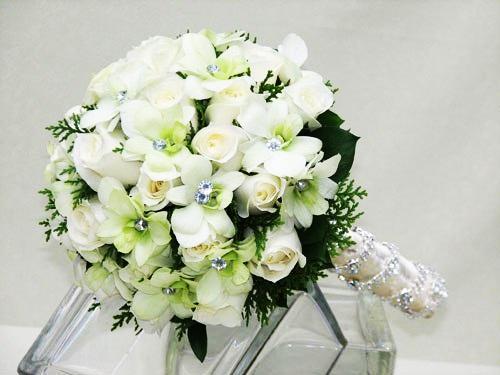 Cô dâu xinh đẹp hơn vơi hoa cưới