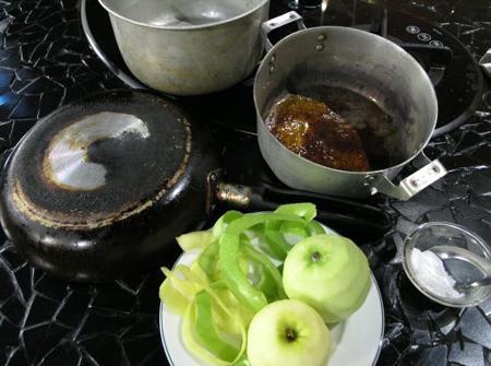 Sử dụng táo làm sạch xoong nồi bị cháy