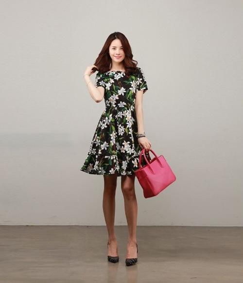 Bạn gái dễ thương với gu thời trang họa tiết đang yêu