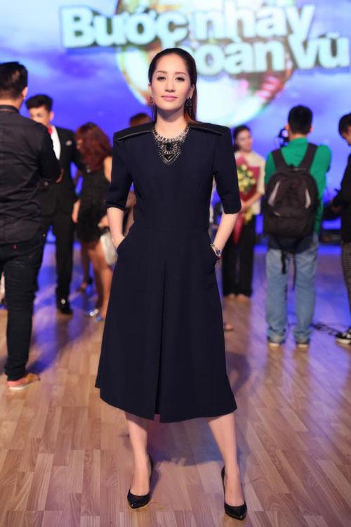 Học Khánh Thi diện thời trang bà bầu cực chất trong ngày hè