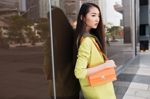 Cô nàng công sở phong cách với túi xách mini 3